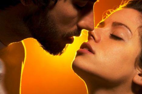 Turuncu  Neşenin ve bilgeliğin rengi olarak tanımlanır. Sosyalleşmeyi ve yardımlaşmayı arttırır.   Aşk rengi turuncu olanların; duygusal, hassas ve yapıcı bir yapısı vardır. Canlı, yaratıcı bir aşk yaşarlar.